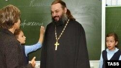 Священнику в школе рады не все