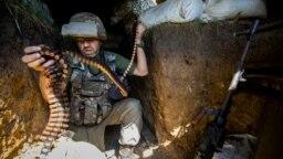 Український військовий міняє стрічку з набоями на кулеметі під час бою у селищі Південне, що під Горлівкою, 17 червня 2018 року