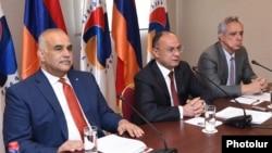 Keçmiş nazirlər Raffi Hovannisyan (solda), Seyran Ohanyan və Vartan Oskanyan