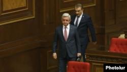 Серж Сарґсян (попереду) у парламенті Вірменії
