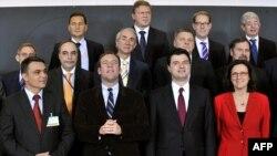 Komesari Evropske komisije poziraju sa ministrima unutrašnjih poslova BiH i Albanije nakon donošenja odluke o ukidanju viza za ove dvije zemlje, 8. novembar 2010.