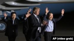 Американскиот претседател Доналд Трамп со олободените Американци од Северна Кореја