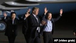 Predsjednik SAD i trojica oslobođenih Amerikanaca.