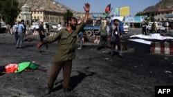 Протестующий демонстрант выражает свой шок на месте атаки смертника в Кабуле. 23 июля 2016 года.