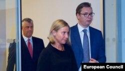 Zabluda je i da će fokus na stabilnosti regije, igranjem na kartu jakih lidera (Foto:: Tači, Mogerini i Vučić)