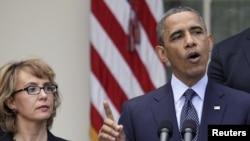 Барак Обама вновь призывает конгрессменов взять оборот оружия в стране под более жесткий контроль. Вместе с Габриэль Гиффордс.