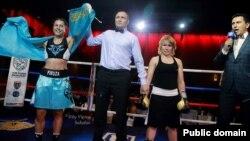 Казахстанский боксер Фируза Шарипова (слева) и ее соперница из России Ольга Забавина. Москва, 28 мая 2017 года.