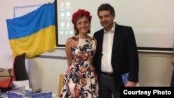 Анастасія Дмитрук і посол України в Чехії Євген Перебийніс