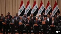 اعضای پارلمان عراق در حال خواندن رای اعتماد