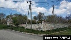Старый забор сложен из инкерманского камня