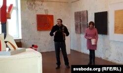 Выступае мастак Аляксандар Малей, побач — куратар праекта Галіна Васільева