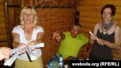 Тацяна Смоткіна раздае заданьні для каманд