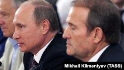 Viktor Medvedciuk (dreapta) și Vladimir Putin