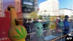 """Витрина одного из варшавских магазинов, торговавших """"дизайнерскими наркотиками"""""""