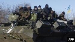 Украина -- Артемовскийден Дебальцевого жол тарткан украин аскерлери, 17-февраль, 2015.