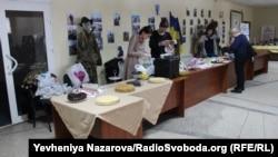 На ярмарку продають солодощі та сувеніри