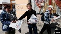 Një djalosh duke shitur gazeta në qytetin Simferopol