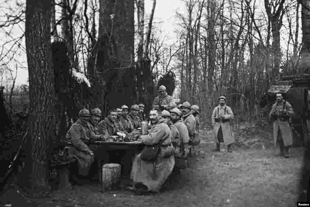 An undated photo shows French troops eating lunch near Arras in northern France. From the viscount's collection.