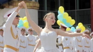 Випускник Державної гімназії-інтернату з посиленою військово-фізичною підготовкою «Кадетський корпус» танцює з дівчиною під час урочистої церемонії випуску