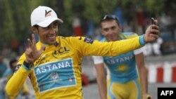 Испан спортчысы Альберто Контадор үзен кесә телефонына төшерә