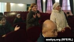 Жители села Акжайык, несогласные с открытием карантинного стационара, на встрече с чиновниками. Западно-Казахстанская область, 11 марта 2020 года.