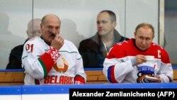 Президент Білорусі Олександр Лукашенко і президент Росії Володимир Путін під час товариського матчу з хокею. Сочі, Росія, 7 лютого 2020 року.
