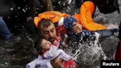 Refugjatët duke arritur përmes barkave të gomës në Lesbos, Greqi, shtator 2015