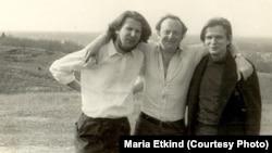 Tomas Venclova (dr.), în tinerețe, cu Joseph Brodsky și Romas Katilus