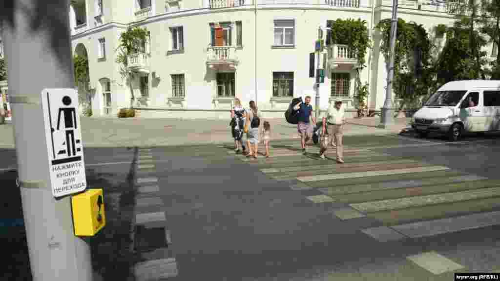 Теперь, чтобы пройти к костелу, нужно сделать «крюк» и пройти два регулируемых пешеходных перехода. А если пешеход не увидит табличку, предлагающую нажать на светофоре кнопку, чтобы заказать переход, то потеряет еще несколько минут