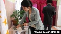 Дауыс беріп жатқан сайлаушы. Душанбе, Тәжікстан, 1 наурыз 2015 жыл.