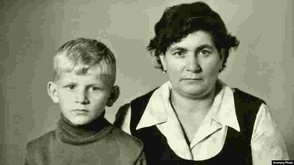 Алесь Бяляцкі з маці Нінай Аляксандраўнай. Сьветлагорск, 1970 г.