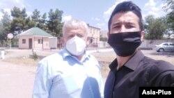 Абдулло Гурбати (справа) и его адвокат Абдурахмон Шарипов