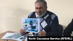 Муртазали Гасангусенов показывает фотографии из материалов дела о его убитых сыновьях. Силовики хотели доказать этим, что якобы нашли у них боеприпасы. Но отец заявляет, что на снимках даже не его двор. Архивное фото