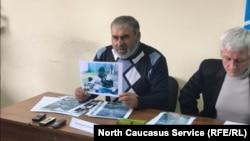 Муртазали Гасангусейнов показывает фотографии из материалов дела о его убитых сыновьях. Силовики хотели доказать этим, что якобы нашли у них боеприпасы. Но отец заявляет, что на снимках даже не его двор