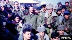Arxiv fotosu: XTPD üzvləri komandirləri Rövşən Cavadovla Qarabağ bölgəsində.