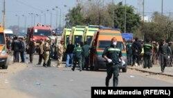 سيارات اسعاف في موقع الانفجار في نقطة للشرطة العسكرية شمال القاهرة