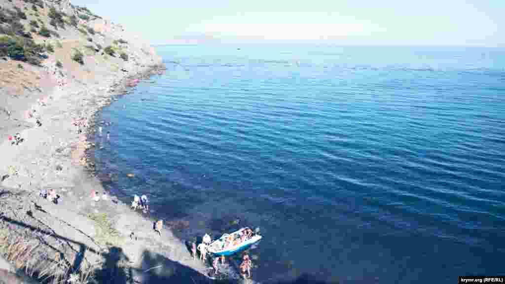 Тропа выходит на пляж, с которого можно уехать на лодке в поселок за 150 рублей (почти 60 гривен). Лодки уходят и возвращаются в бухту каждые 5-10 минут