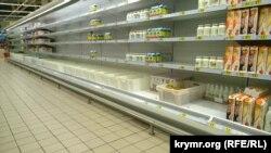 Полки супермаркета в Симферополе, июнь 2015 год
