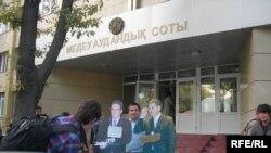 Журналисты газеты «Республика» проводят акцию протеста с картонными макетами руководителей БТА банка Анвара Сайденова и Армана Дунаева. Алматы, 8 сентября 2009 года.