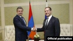 Премьер-министр Армении Карен Карапетян и премьер-министр России Дмитрий Медведев (архив)