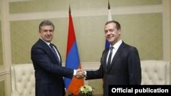 Премьер-министр Армении Карен Карапетян (слева) и премьер-министр России Дмитрий Медведев (архив)