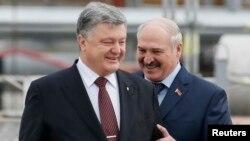 Пятро Парашэнка і Аляксандар Лукашэнка падчас сустрэчы 26 красавіка