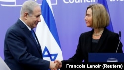 Прем'єр-міністр Ізраїля Біньямін Нетаньягу (ліворуч) та голова європейської дипломатичної служби Федеріка Моґеріні (праворуч) в Брюсселі, 11 грудня 2017 року
