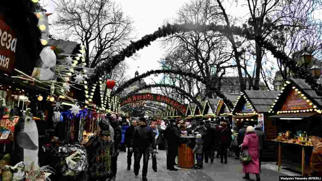 У центрі Львова– на проспекті Свободи та на площі Ринок– працюють різдвяні ярмарки. Тут можна придбати усе, від традиційних галицьких пампухів до дідухів та різдвяного хедмейду
