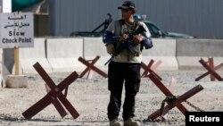 Әуежай маңындағы жарылыс болған тұста тұрған қауіпсіздік қызметкері. Кабул, 22 шілде 2014 жыл.