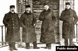 В период Первого Курултая, Слева направо: Сеитджелиль Хаттатов, Асан Сабри Айвазов, Номан Челебиджихан, Джафер Сейдамет. Бахчисарай. 1917 год.