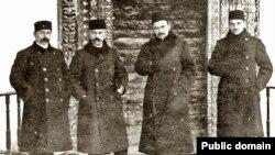 У період Першого Курултаю. Зліва направо: Сеітджеліль Хаттатов, Асан Сабрі Айвазов, Номан Челебіджихан, Джафер Сейдамет. Бахчисарай. 1917 рік.