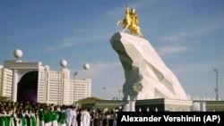 Qurbanqulı Berdımuxammedovun atlı qızıl heykəli