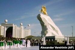 Türkmenistanyň prezidenti Gurbanguly Berdimuhamedowyň Aşgabatda oturdylan heýkeli