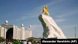 A türkmén elnök arannyal borított lovas szobrának átadása Asgabatban 2015. május 25-én